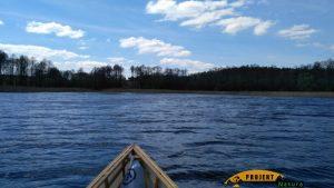 Tu już w lekkim zaciszu za cyplem. Jezioro Dadaj.